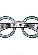 Broche negro y blanco forma gafas