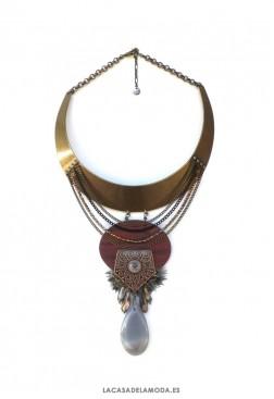 Gargantilla étnica semirígida dorada con plumas