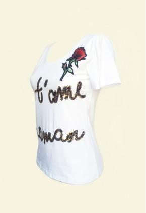 Camiseta blanca letras lentejuelas y rosa bordada.