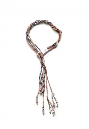 Collar largo de perlas blancas rosas y grises con cuero dorado