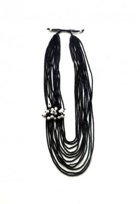 Collar perlas asimétricas marfil con vueltas bolitas negras