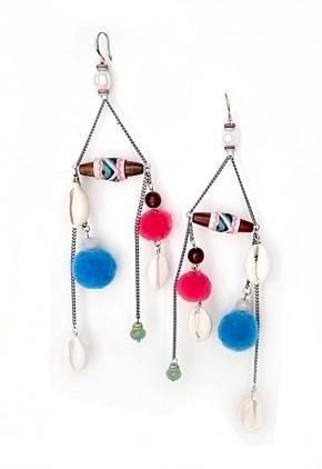 Con pompones de colores conchas y perlas