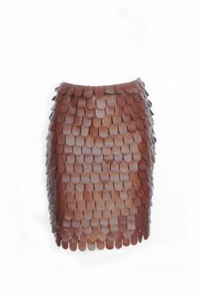 Falda escamas en polipiel marrón.