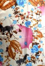 Pañuelo seda estampado con dibujos ardillas con gigantes avellanas en rosa