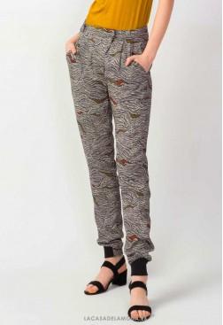 Pantalón estampado moda sostenible y certificada