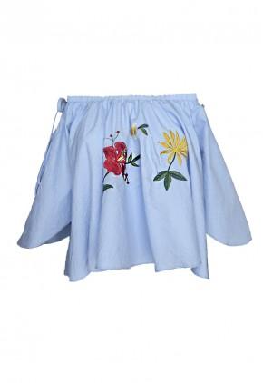Blusa holgada corta azul con bordados manga capa y strapless con goma
