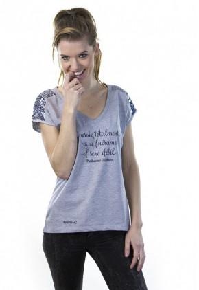 Camiseta algodón orgánico gris con frase  lentejuelas y cuello pico