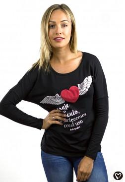 Camiseta corazón rojo alado y abierta en la espalda