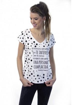 Camiseta de lunares asimétricos negro y blanco con cuello pico y frase