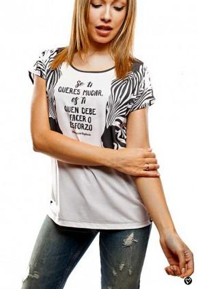Camiseta estampado cebras con frase en gallego motivadora