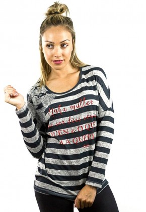 Camiseta frase en Gallego con rosas tatuadas y manga murciélago