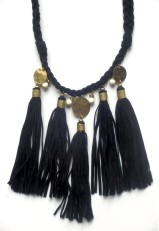 Collar borlas negro con hilo dorado