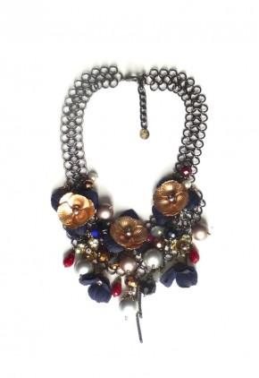 Gargantilla con perlas grises y flores doradas con azul marino