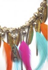 Gargantilla plumas de colores y metálicas